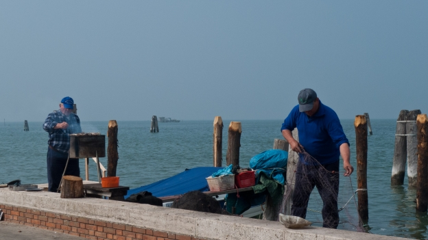 Pellestrina (laguna di Venezia): fishermen barbecuing breakfast
