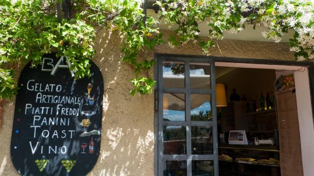 Bar entrance with jasmine - Bolgheri (Toscana)