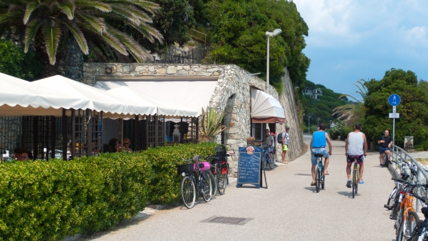 Seafront cafe on the Arenzano-Verrazze cycleway (Liguria)