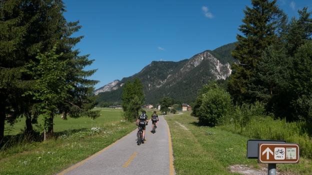 Cyclists on the Ciclovia Alpe-Adria Radweg (FVG1) near Valbruna