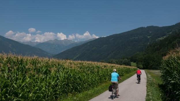 Cyclists on the Drauradweg near Bärnbad