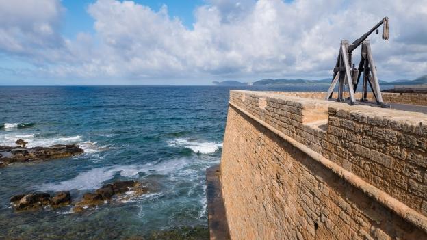 Alghero: catapult on the Bastioni Marco Polo. On the horizon is the Capo Caccia.
