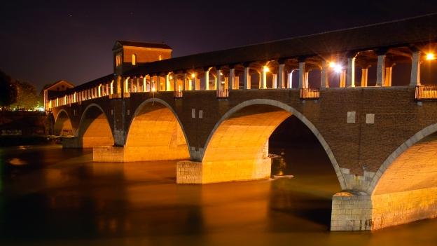 Pavia's Ponte Coperto by night